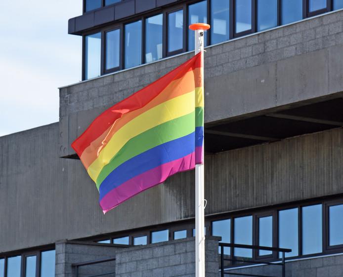 Regenboogvlag voor het stadhuis van Terneuzen.