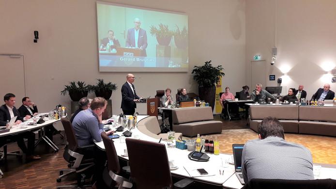 Wethouder Gerard Bruijniks van GemeenteBelangen beantwoordt vragen tijdens de opinieronde van de Loonse raad.