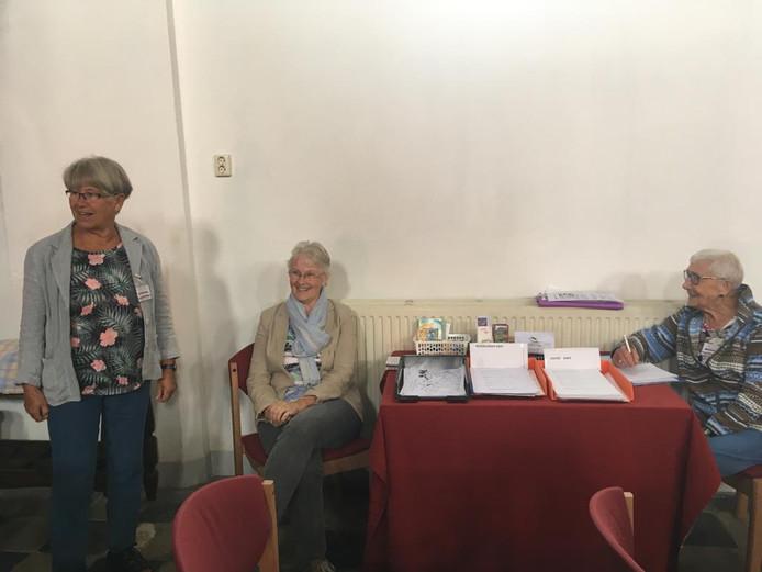 Drie van de circa 30 vrijwilligers die er voor zorgen dat de Gasthuiskerk zomers open kan. Vlnr: Truus van Oosterom, Janet Bos en Jenny Visser