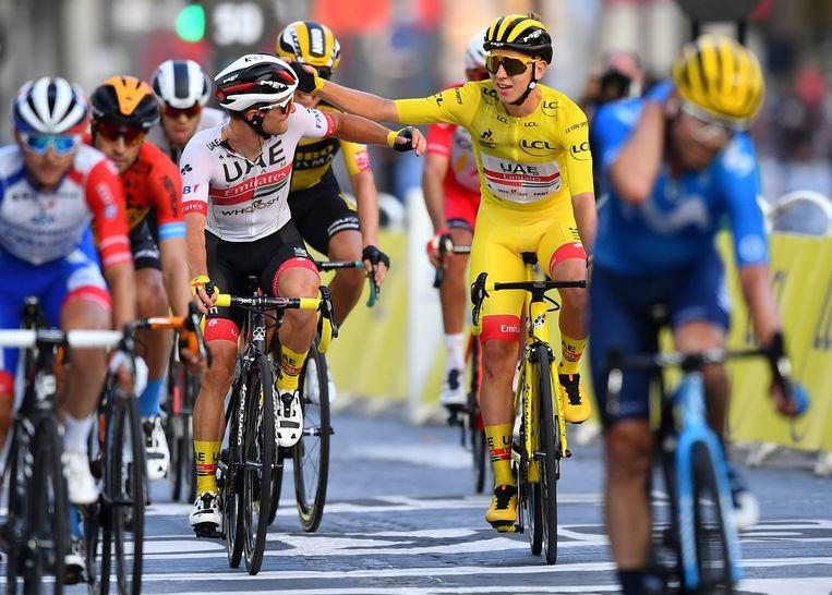 Tour de France-winnaar Tadej Pogacar komt in de gele trui de finishlijn over van de laatste etappe in Parijs. Beeld AP