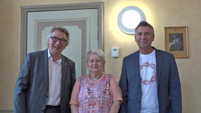 Burgemeester Geert van Rumund (links) met Jans en Johan Blankestijn.