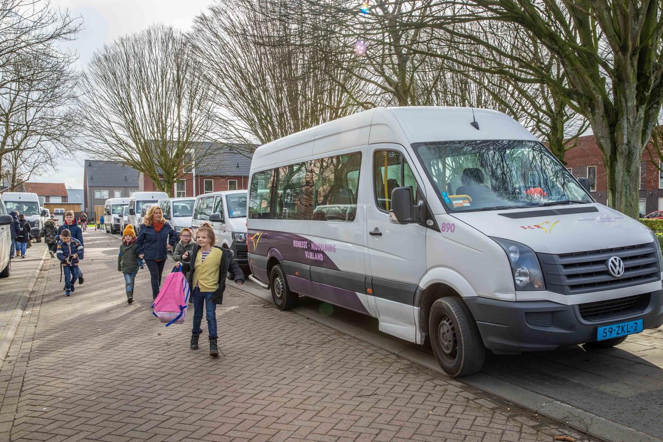 Archieffoto: bussen  van het inmiddels verdwenen TCR  staan opgesteld om leerlingen van de Tweern uit Goes naar huis te brengen.