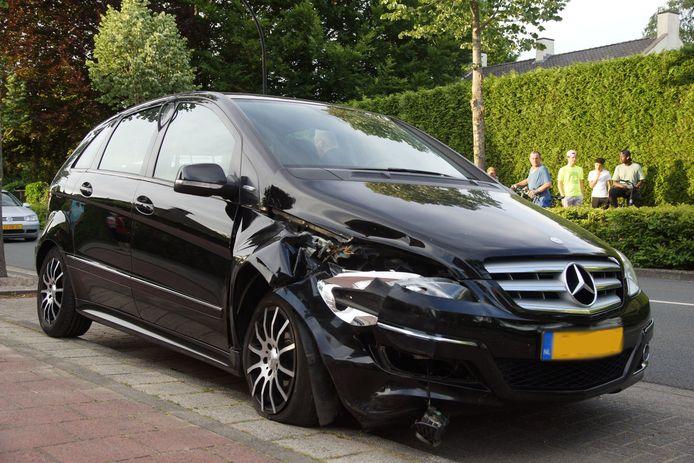 De auto van de vrouw raakte flink beschadigd bij het voorval in Waalwijk.