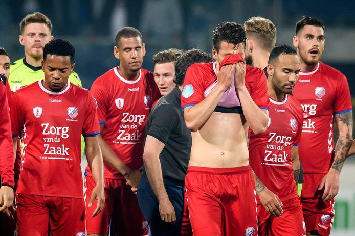 FC Utrecht-spelers  zijn teleurgesteld na het verloren duel in Heerenveen.