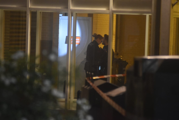 Agenten doen onderzoek bij een deur van de Poolse supermarkt