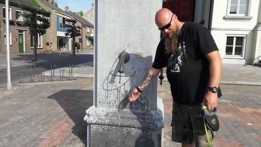 Jochem uit Zundert probeert de nieuwe pomp op de Markt in Zundert uit