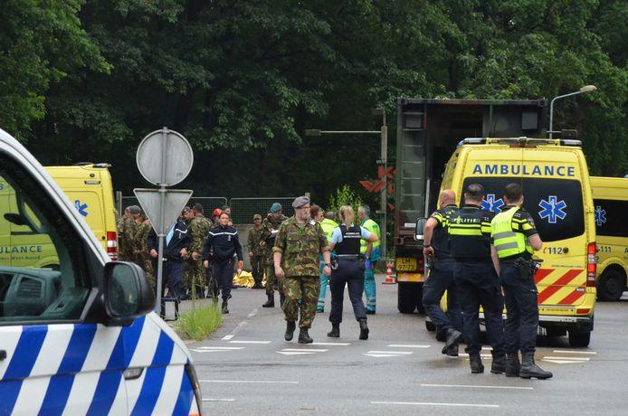 Hulpdiensten bij een militair oefenterrein in Ossendrecht. Veertien leerlingen zijn gewond geraakt door blikseminslag.