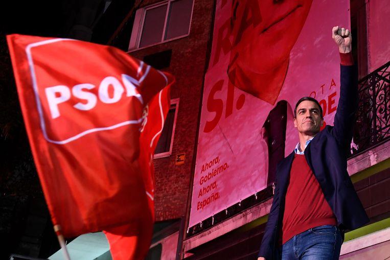 Pedro Sánchez zondagavond, toen bekend werd dat zijn socialistische PSOE de verkiezingen heeft gewonnen.  Beeld AFP