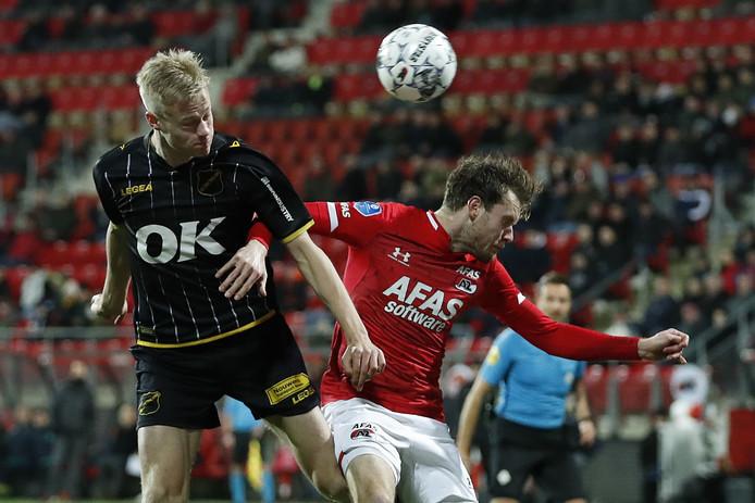Jan Paul van Hecke (links) in duel met Thomas Ouwejan van AZ.