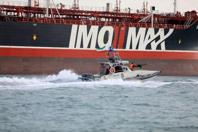 Een speedboot van de Iraanse Revolutionaire Garde bij de olietanker Stena Impero, die onder Britse vlag vaart