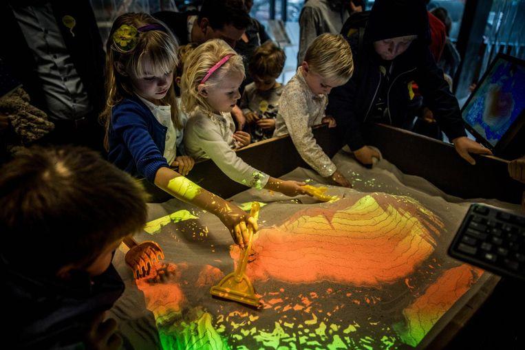 De vele kinderen mochten in de Krook spelen in de futuristische zandbak.