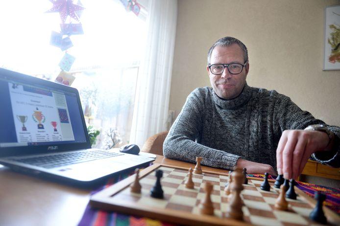 Nu de schakers van SV HEC niet bij elkaar mogen komen, organiseert Vincent Vleeming onlinetoernooien voor de clubleden.