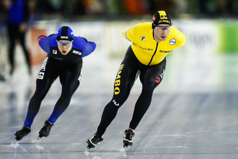 Sven Kramer in actie op de 5.000 meter heren tegen Marcel Bosker tijdens de NK Afstanden in Thialf. Beeld ANP