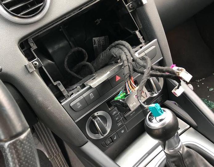 Op het parkeerterrein van de Beekse Bergen werden zondag zeker drie navigatiesystemen uit auto's gestolen.