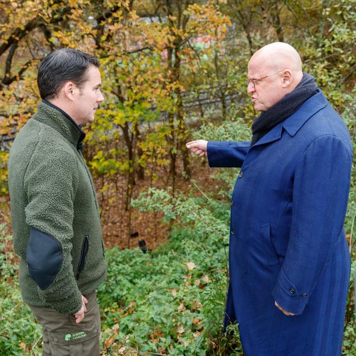 Minister Grapperhaus spreekt, op werkbezoek in Bergen op Zoom, met boswachter Erik de Jonge.