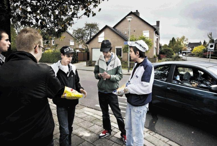 Bewoners van de Roermondse wijk Donderberg, zoals deze groep scholieren, worden opgeroepen alle overlast te melden. ( FOTO KOEN VERHEIJDEN) Beeld