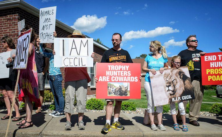 Beeld van een protest bij de tandartsenpraktijk van Palmer.