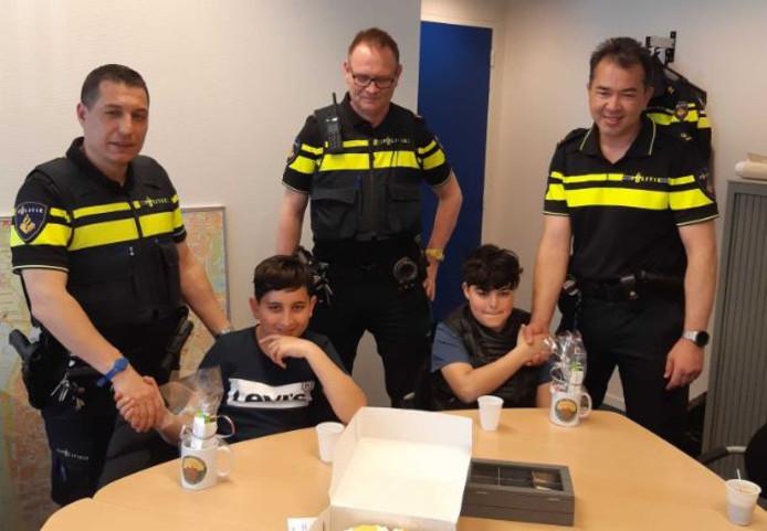 Twee jongens uit de Haagse wijk Vrederust zijn door agenten van bureau Beresteinlaan in het zonnetje gezet nadat ze een op straat gevonden portemonnee hadden overhandigd aan de politie.