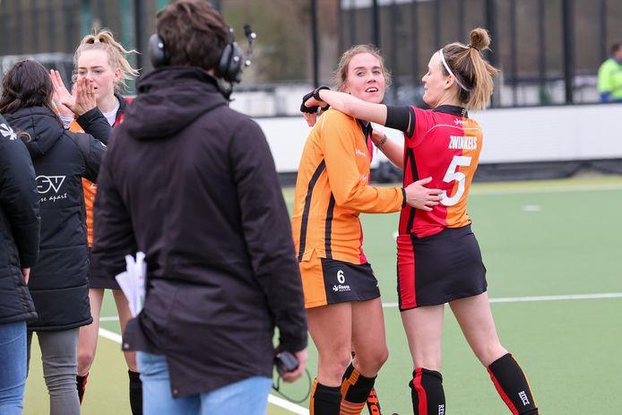 Daphne van der Velden wordt omhelst door Donja Zwinkels.