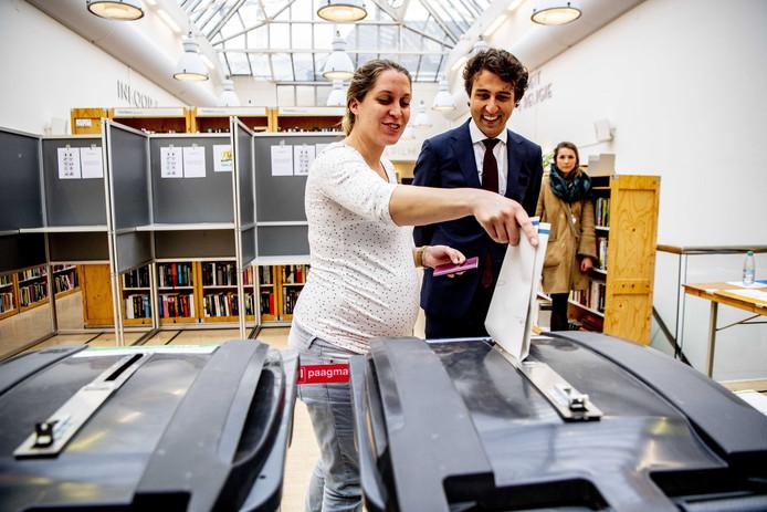 Jesse en Jolein brengen hun stem uit voor de Provinciale Statenverkiezingen en het waterschap.