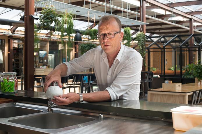 Arjen Kempen toont hoe een legionellawerend douchefilter wordt gemonteerd.