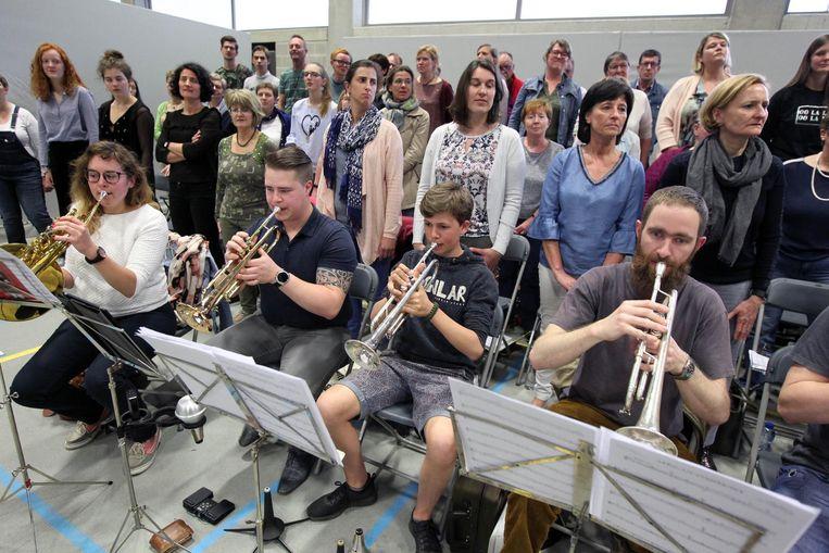 De leden van de concertband repeteren voor het tweejaarlijks muziekfeest.
