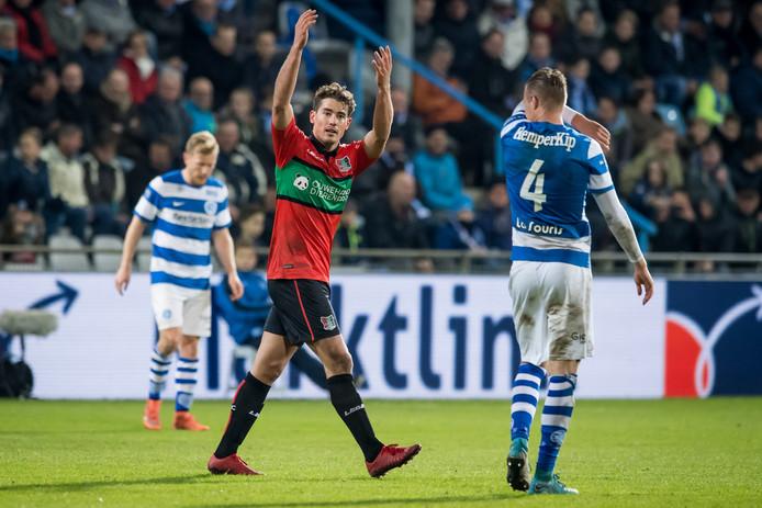 NEC-spits Sven Braken scoort de 1-2 en zweept de supporters op.