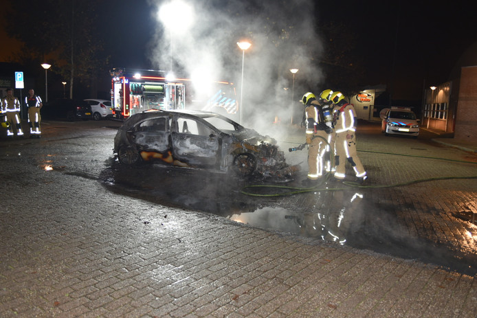 Een auto is vannacht volledig uitgebrand op de Veilingweg in De Lier. D