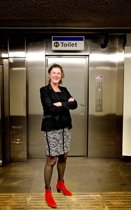Fractievoorzitter GroenLinks in Dordrecht Kitty Kruger bij openbaar toilet van metrostation Dijkzigt.