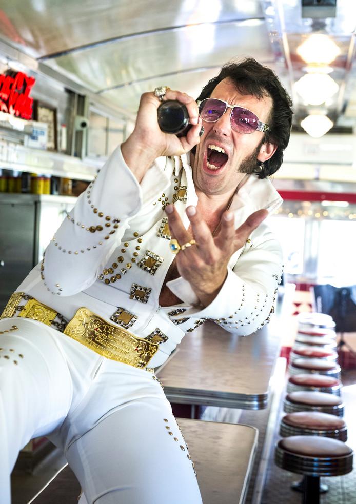 Ed draagt het Comet-suit. Hij bestelde het in Schotland en plakte er zelf de stenen op. Elvis verscheen in dit pak tijdens een concert in Madison Square Garden in New York in 1972.