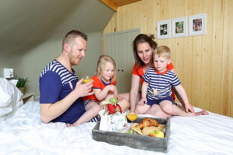 Een gezin in het Kabouterboshuisje in Kasterlee.