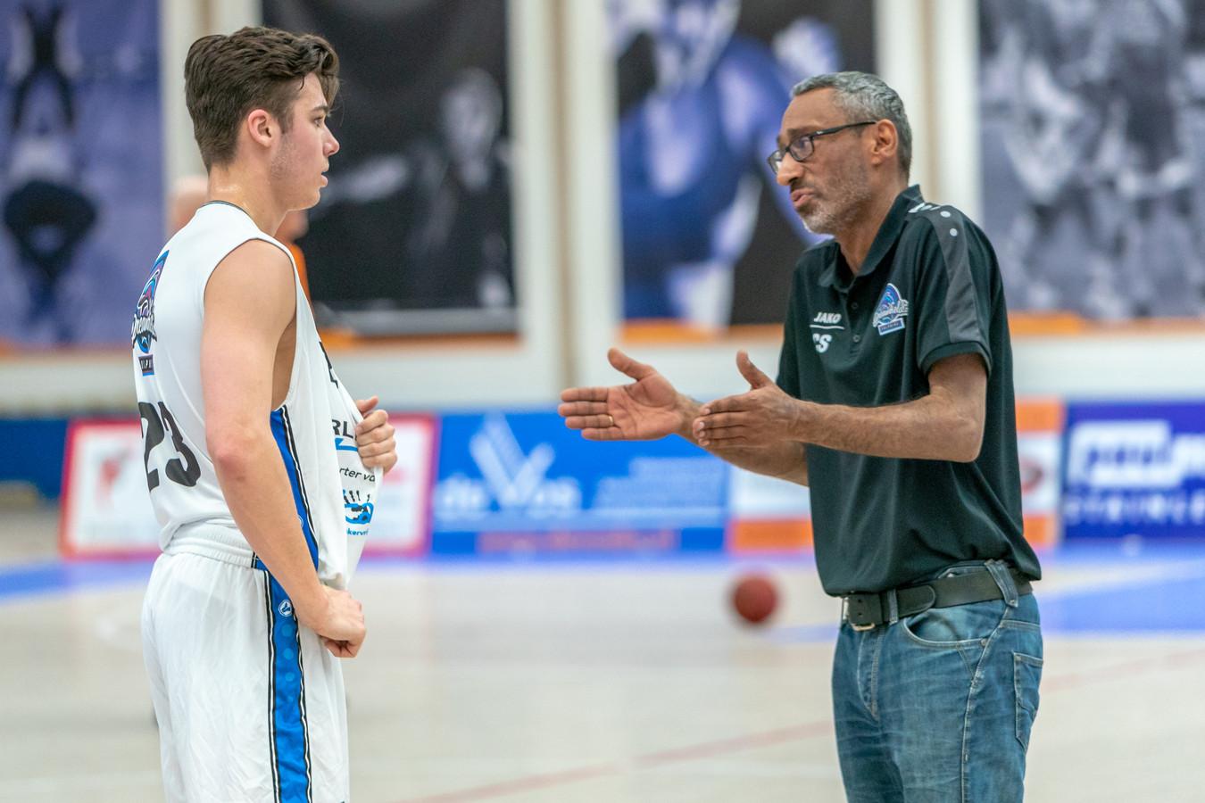 Coach Chris Stomp van Dreamfiels Dolphins geeft Beau de Wit aanwijzingen.