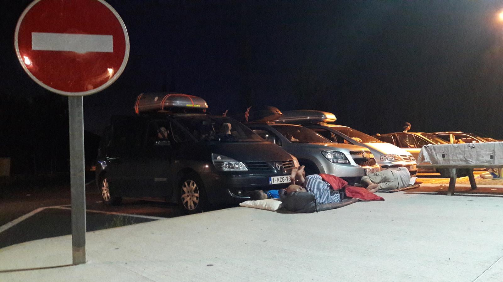Een Belgisch-Marokkaanse vader en zijn zoontje proberen te slapen op een parkeerplaats in Zuid-Frankrijk