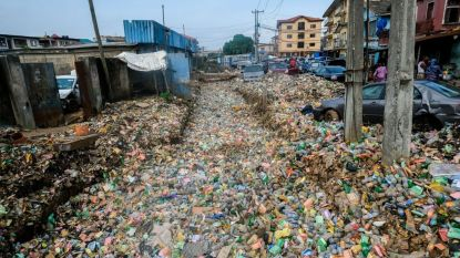 Wijk in Nigeriaanse stad Lagos overspoeld met afval na hevige regenval