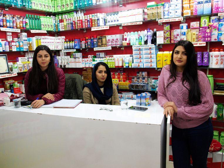 Roza Abbas (rechts) met haar collega's. Abbas werkt om haar studie te kunnen betalen. Beeld Judit Neurink