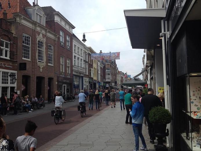 In de Hinthamsrstraat en andere straten in het centrum wil de gemeente af van snorfietsers.