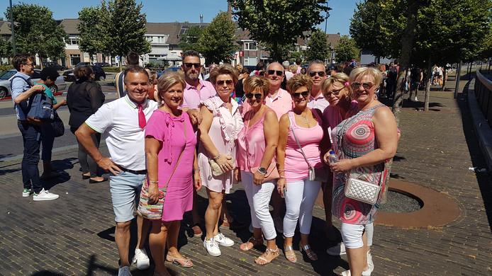 De groep van tien gedupeerde reizigers uit Roosendaal en Sint Willebrord.