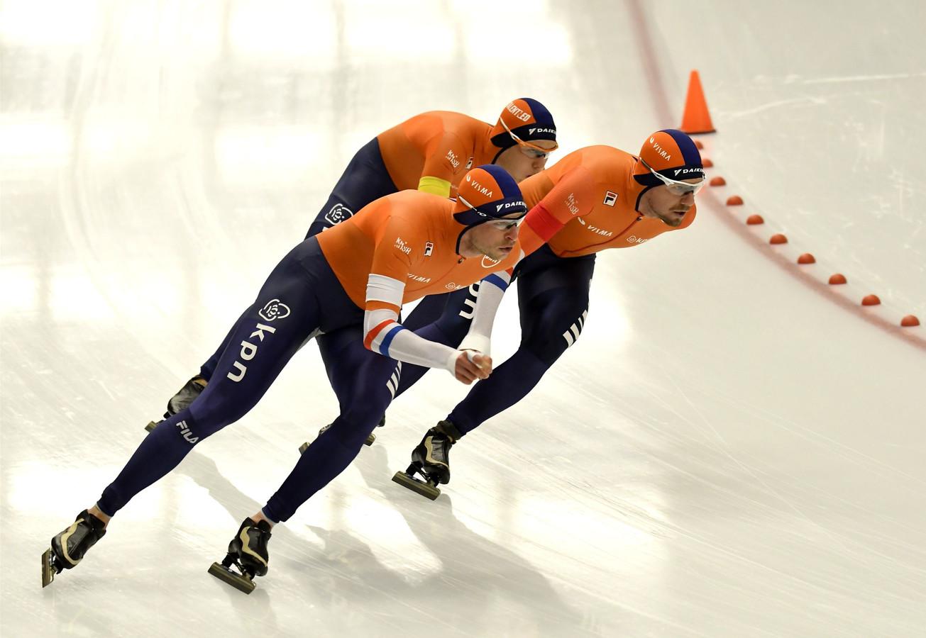 Het schaatstrio Sven Kramer, Douwe de Vries en Marcel Bosker op het ijs bij de WK afstanden.