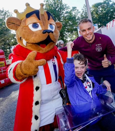 Willem II-mascotte Kingo zet voor deze ene keer zijn leeuwenkop af: 'Fran Sol wilde altijd een knuffel'