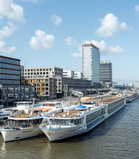 Dertien cruiseschepen liggen stil op het IJ