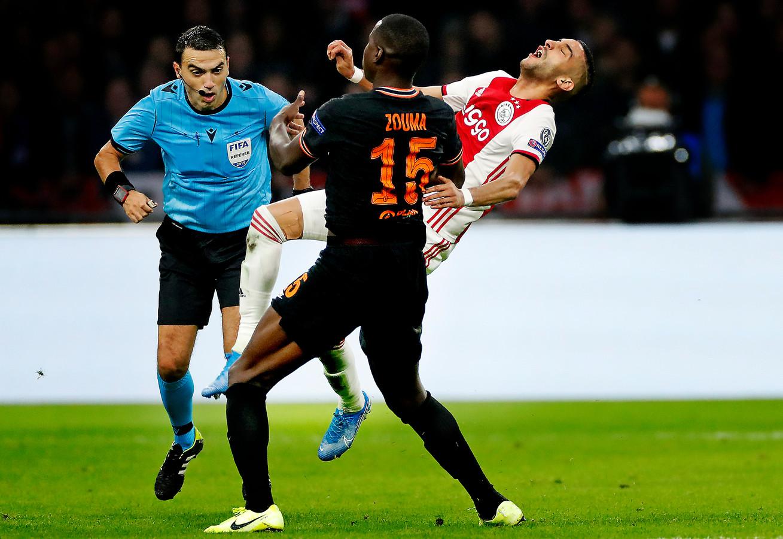 Hakim Ziyech botst op Kurt Zouma tijdens Ajax - Chelsea van vorig najaar.