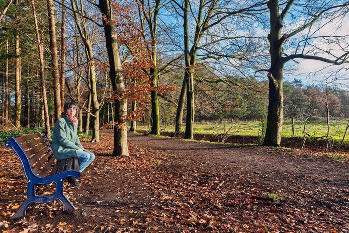 Langs een van de paden in het bos bij Landgoed Oosterheide staat een bankje ter nagedachtenis aan de overleden man van Germaine de Wolf.