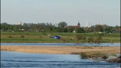 VIDEO. Hulpdiensten vinden drenkeling in de Maas vlakbij Kotem