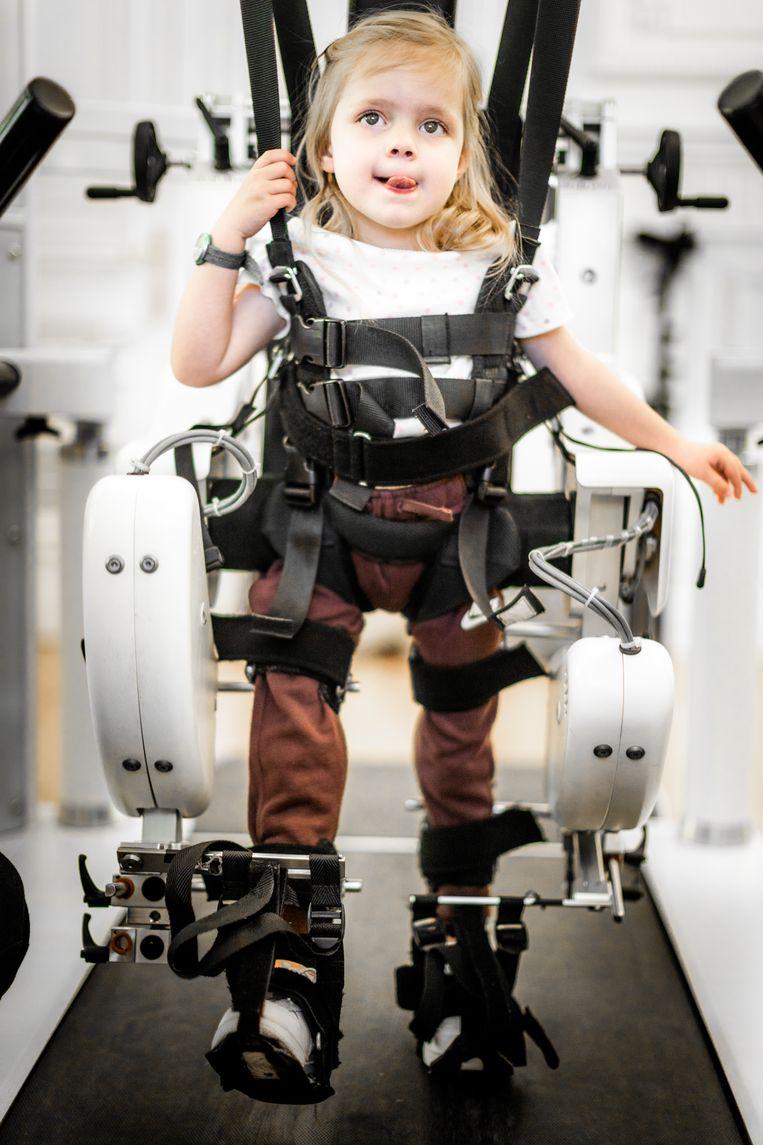 Collette oefent bij TRAINM in Antwerpen met een staprobot.