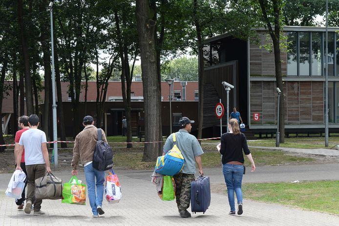 Vluchtelingen op weg naar de opvang in Overloon (archieffoto)
