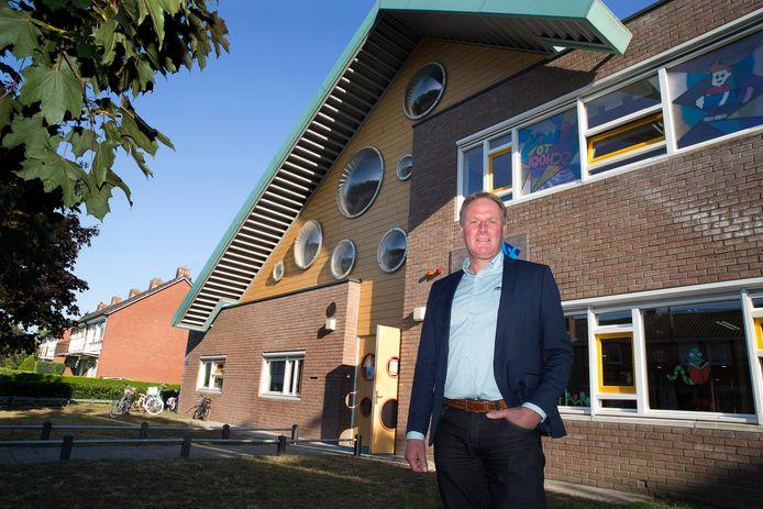 Schooldirecteur Ruud Kraaijvanger voor 'zijn' Aaltense basisschool.
