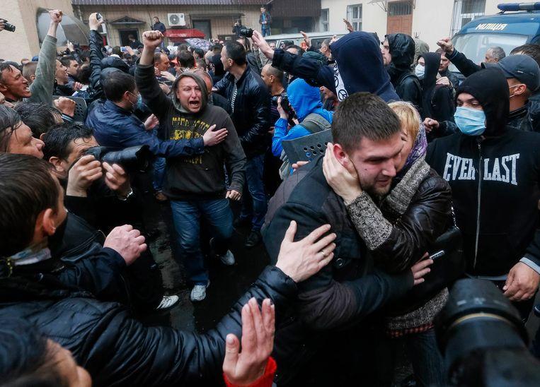 De gevangenen die vastzaten in het politiebureau in Odessa worden als helden onthaald.