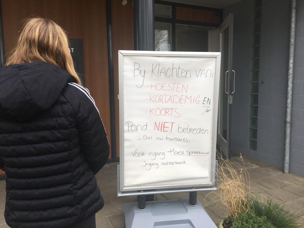 Zo maar even naar binnen lopen bij de huisarts zit er niet meer in. Bij Huisartsenpraktijk De Brink in Wezep moeten hoestende patiënten de ingang aan de achterzijde van het pand gebruiken voor een speciaal hoest spreekuur.