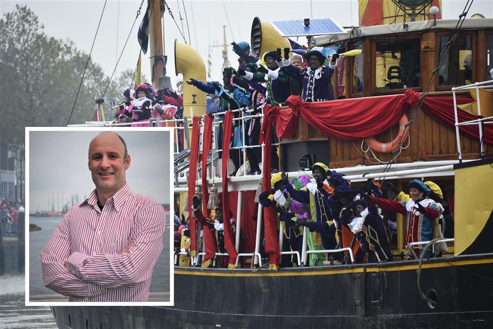 Een boot vol Zwarte Pieten. Inzet: Michiel de Jong.