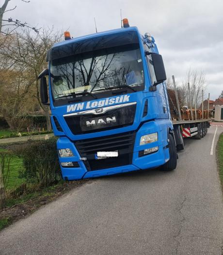 Poging om te keren mislukt, vrachtwagen belandt in de greppel
